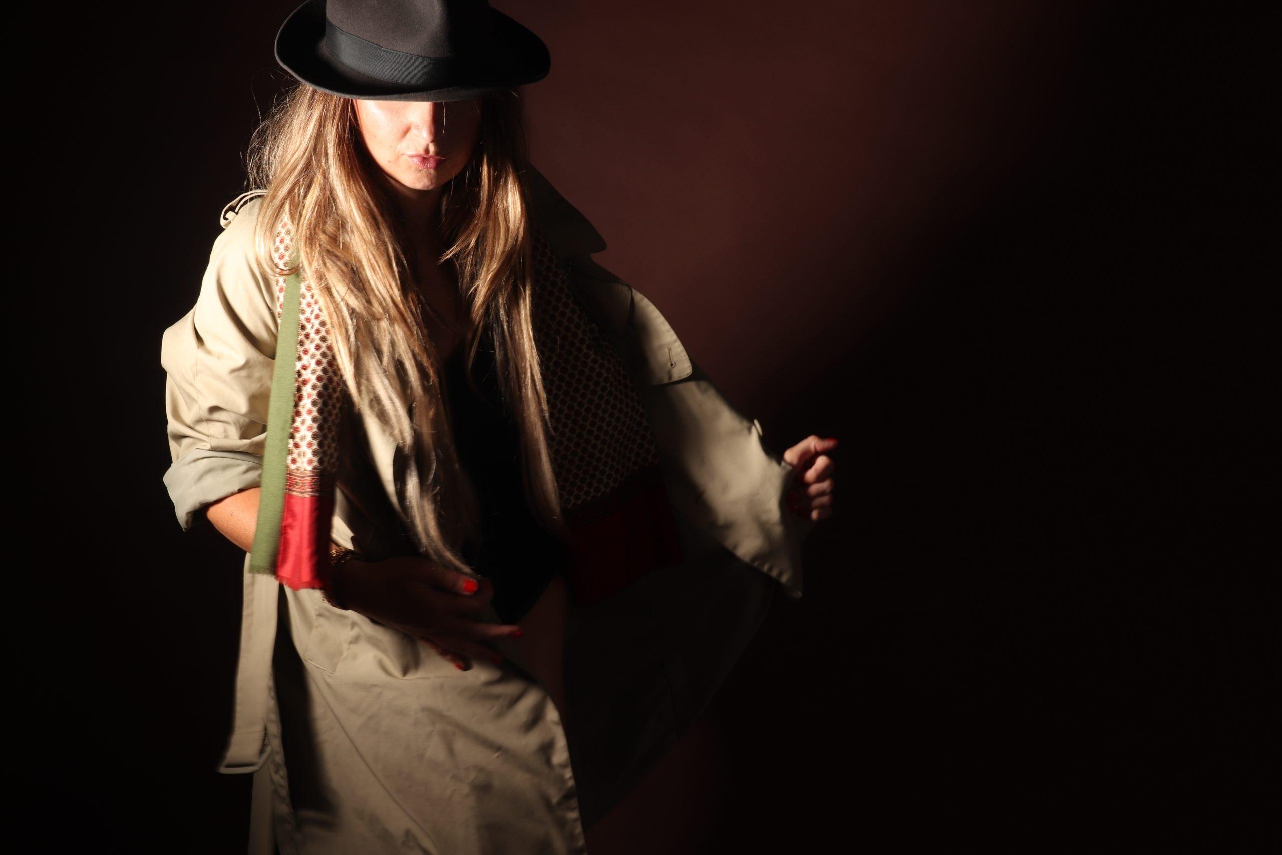 trenchcoat vintage hat hoed cravat