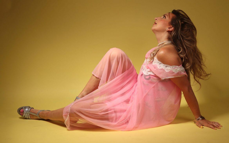 pink roze mesh jurk dress vintage sheer barbie fotoshoot pose poseren
