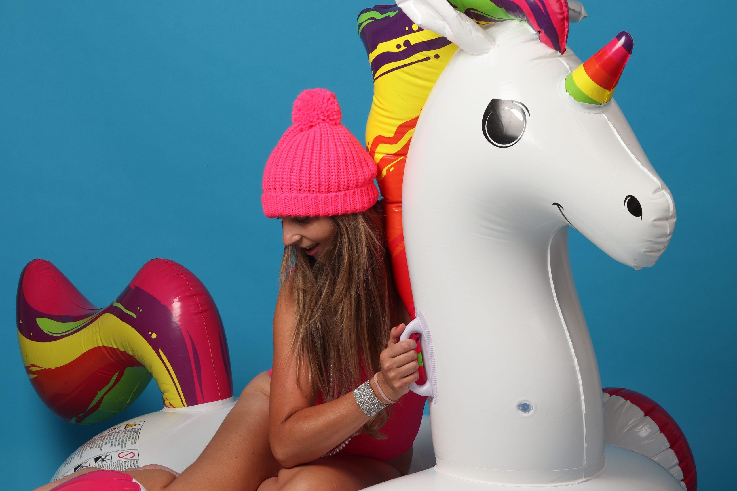 fashion mode roze astrid alida fotografie fotostudio unicorn action reinders badpak bikini muts roze opblaas inflatable parel oorbellen