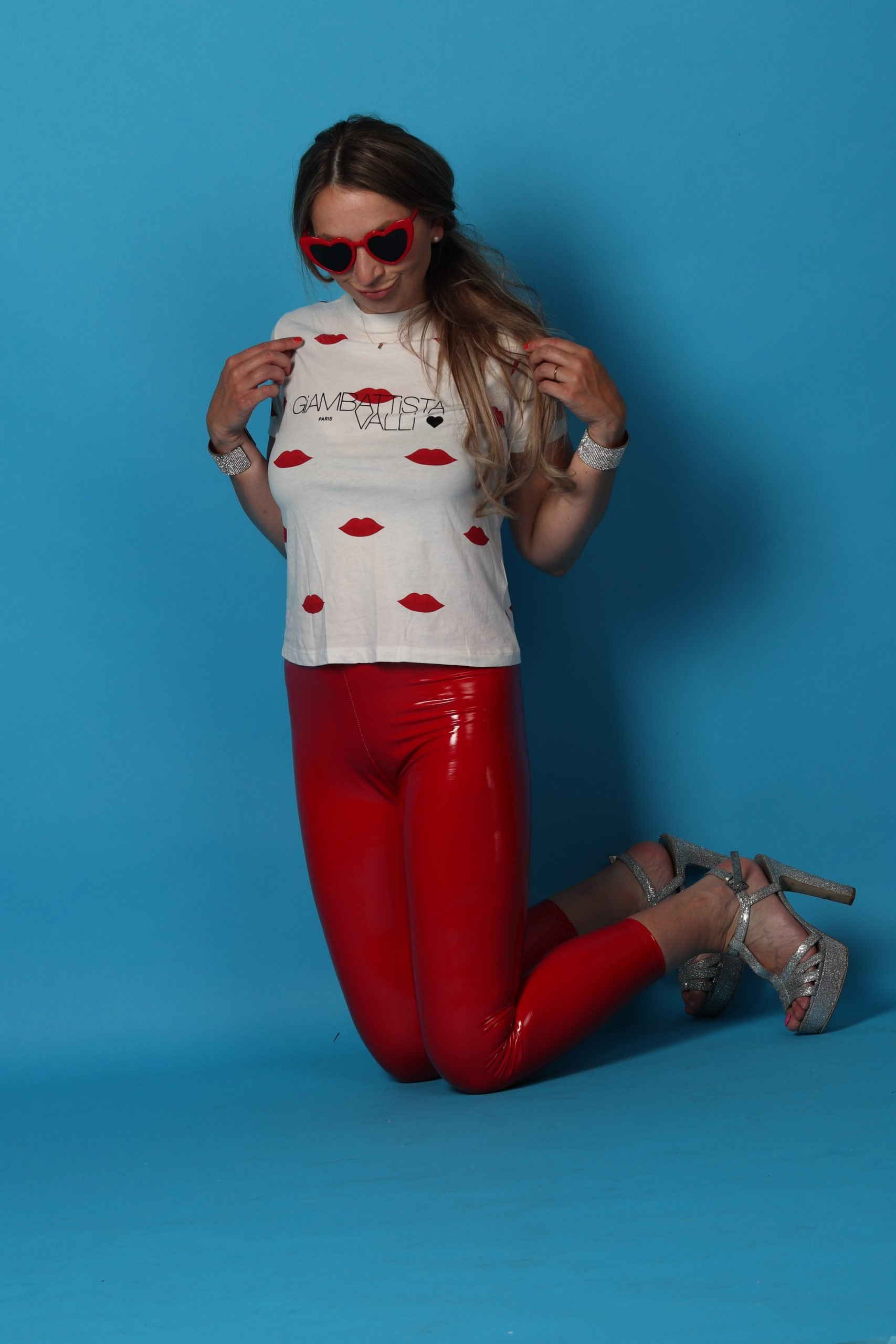 fashion mode roze astrid alida fotografie fotostudio  lak broek rood hartjesbril giambattista valli hm h&m hartjes zonnebril parel oorbellen