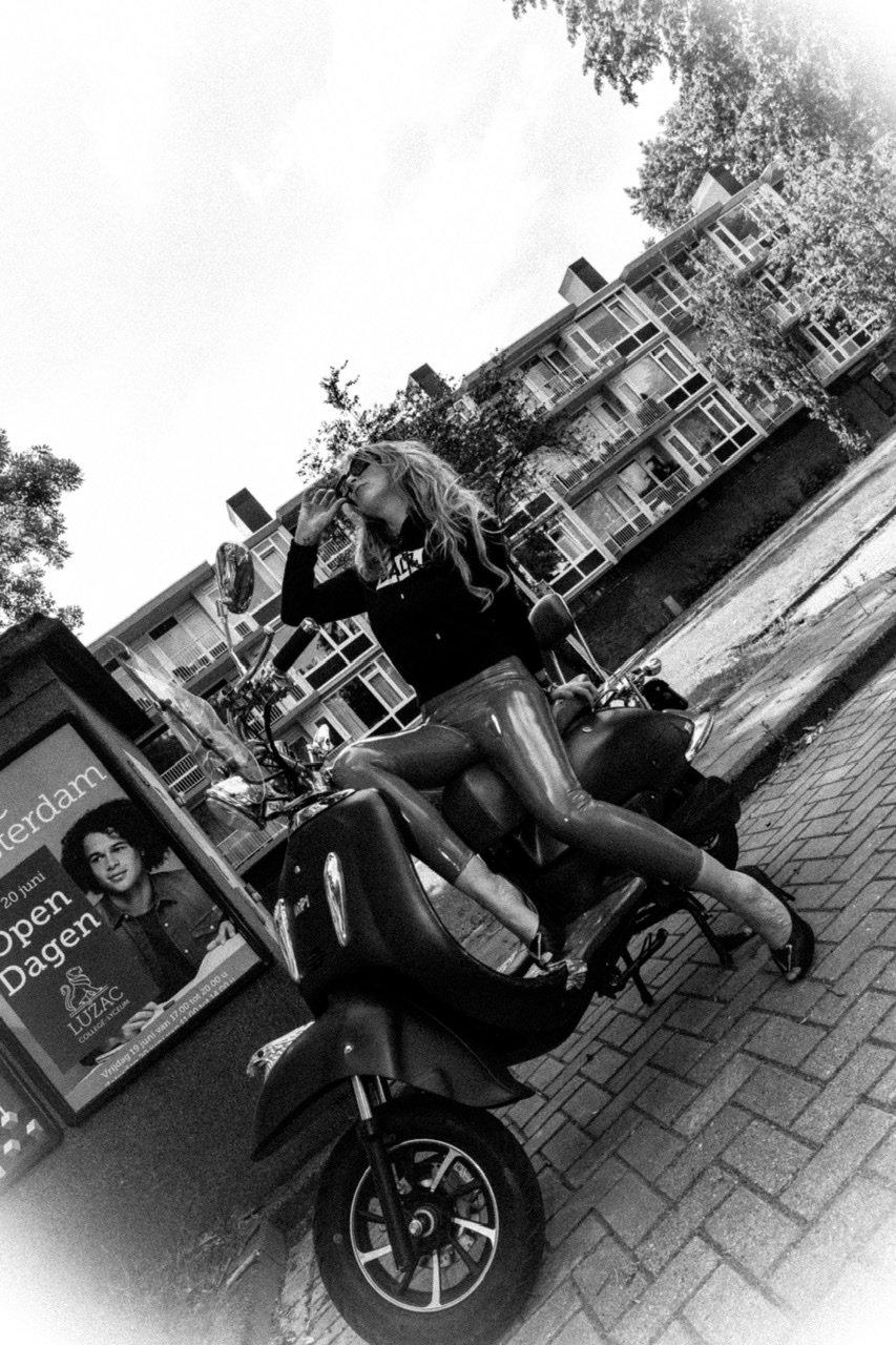 fotoshoot fotografie canon mark l serie model portfolio tfp illustrator lightroom photoshop adobe rood leder porsche macon glitterjurk amsterdam kloosup astrid alida van hensbergen retro scooter patent lak broek rood